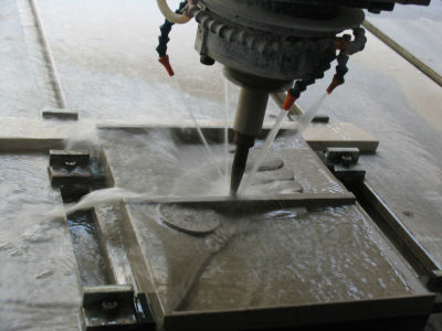 Станок вида waterjet в процессе резки по камню